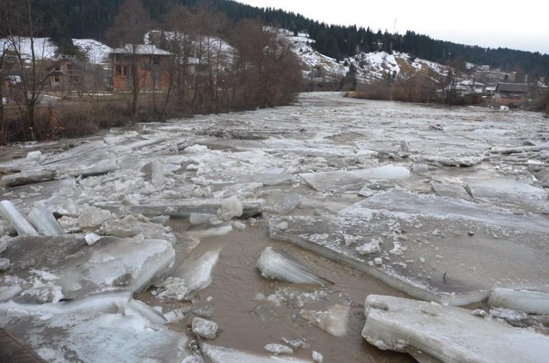 Бліц-Інфо - В мережі виклали вражаючі фото і відео льодоходу на Черемоші