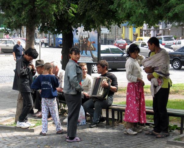 Бліц-Інфо - Привокзальний сквер Івано-Франківська у полоні безхатьків