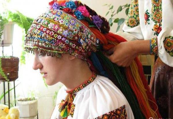 Бліц-Інфо - Гуцульське весілля: заквітчані молодята, дерева і навіть коні